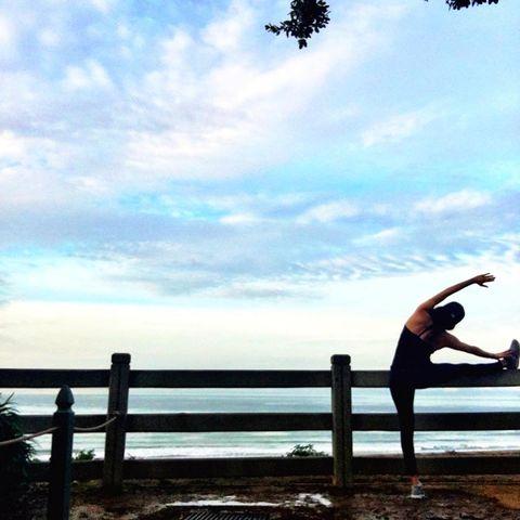 People in nature, Sky, Water, Physical fitness, Cloud, Sea, Leg, Ocean, Horizon, Tree,