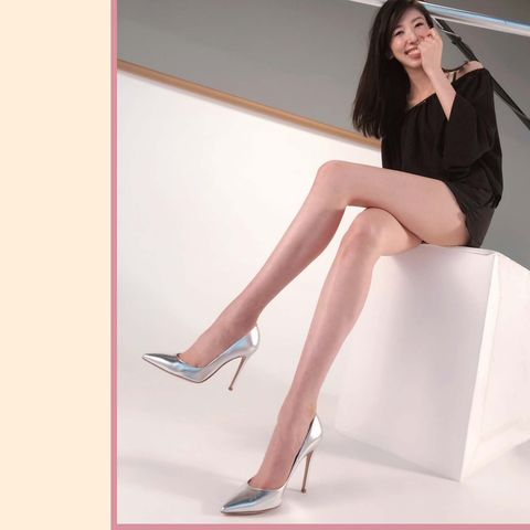 Leg, Human leg, Thigh, Sitting, Beauty, Footwear, High heels, Fashion model, Human body, Knee,