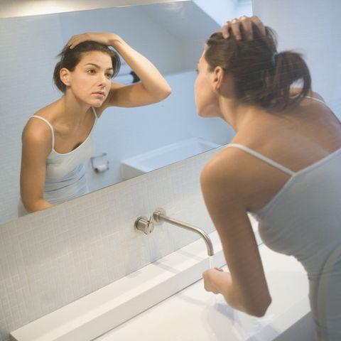 Bathing, Shoulder, Beauty, Arm, Bathtub, Bathroom, Room, Hand, Plumbing fixture, Mirror,