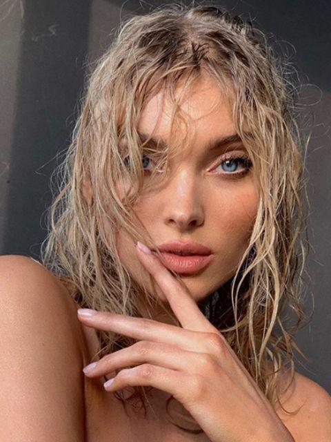 Hair, Face, Blond, Hairstyle, Beauty, Lip, Eyebrow, Chin, Skin, Surfer hair,
