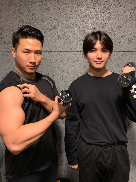 Arm, Hand, Elbow, Wrist, Muscle, Black hair, Crew cut, Belt, Glove, Camera,