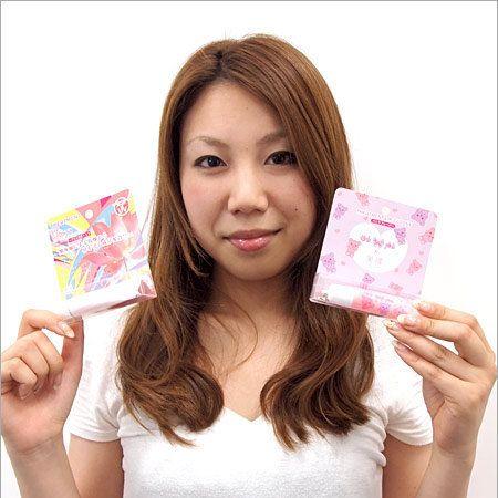 Lip, Finger, Skin, Sleeve, Paper product, Paper, Beauty, Brown hair, Hair coloring, Long hair,