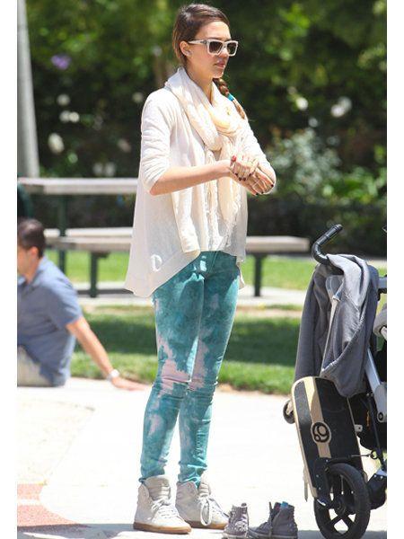 Clothing, Leg, Trousers, Denim, Jeans, Outerwear, Sunglasses, Style, T-shirt, Street fashion,