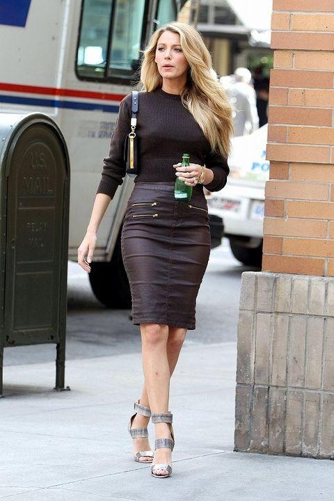 Clothing, Human leg, Shoulder, Joint, Style, Waist, Street fashion, Knee, Fashion accessory, Fashion,
