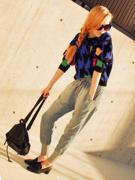Eyewear, Glasses, Leg, Trousers, Sunglasses, T-shirt, Bag, Knee, Street fashion, Goggles,