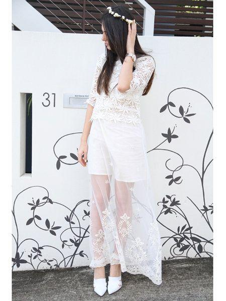 Shoulder, Dress, White, Style, One-piece garment, Day dress, Long hair, Design, Waist, Headpiece,