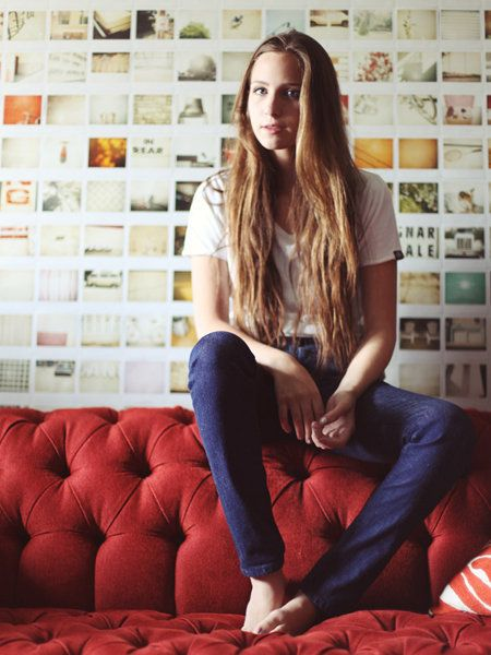 Sitting, Comfort, Beauty, Knee, Thigh, Long hair, Brown hair, Denim, Electric blue, Living room,