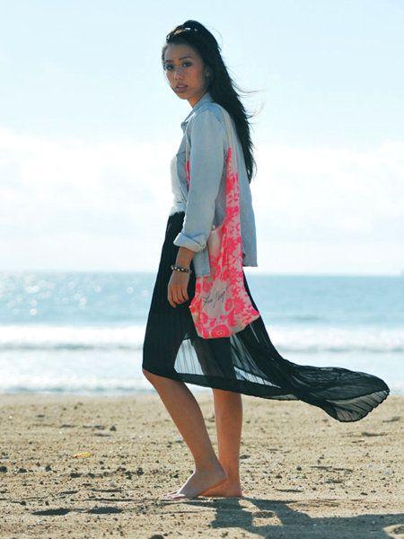 Textile, Human leg, Coastal and oceanic landforms, Summer, People in nature, Bag, People on beach, Dress, Ocean, Black hair,