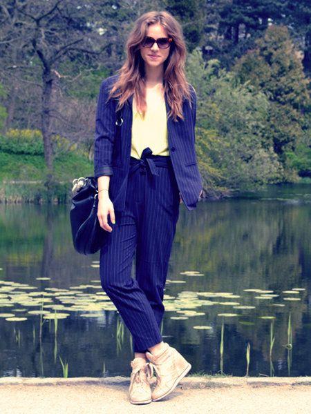 Clothing, Eyewear, Brown, Sleeve, Shoulder, Textile, Outerwear, Bag, Collar, Reflection,