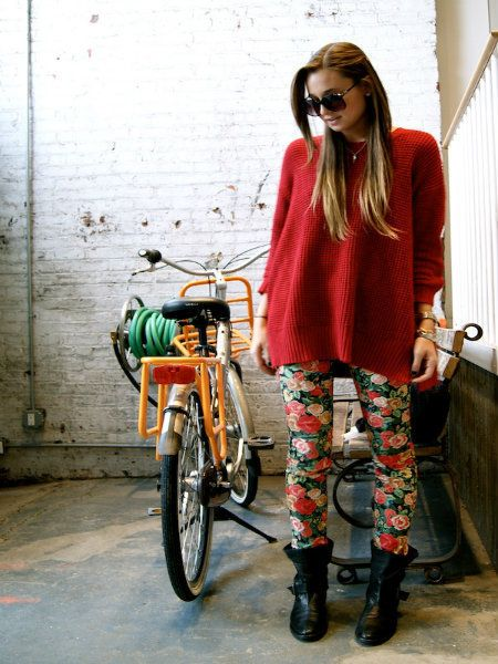 Textile, Outerwear, Bag, Bicycle wheel, Coat, Style, Bicycle, Bicycle wheel rim, Boot, Sunglasses,