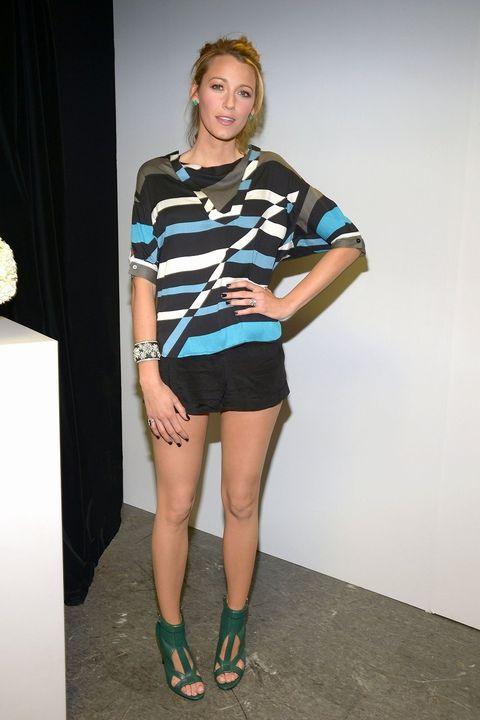 Leg, Sleeve, Human leg, Human body, Shoulder, Joint, Style, Knee, Shorts, Thigh,