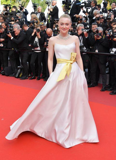Red carpet, Dress, Carpet, Gown, Clothing, Flooring, Premiere, Fashion model, Shoulder, Fashion,
