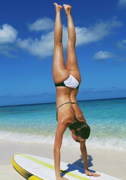 Human leg, Barefoot, Surfboard, Summer, Surfing Equipment, Elbow, People in nature, Knee, Coastal and oceanic landforms, Aqua,