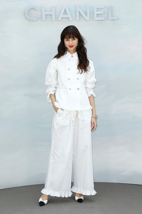 White, Clothing, Fashion, Shoulder, Fashion design, Neck, Formal wear, Sleeve, Trousers, Uniform,