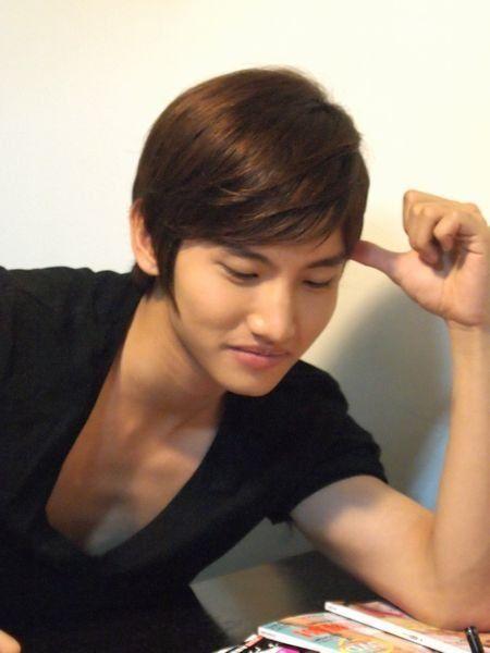 Finger, Hairstyle, Forehead, Eyebrow, Hand, Eyelash, Wrist, Style, Elbow, Bangs,