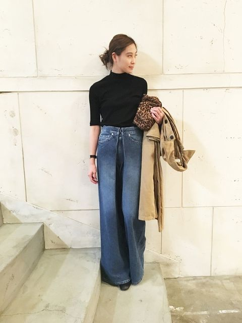 Sleeve, Shoulder, Textile, Standing, Denim, Bag, Style, Street fashion, Waist, Beige,