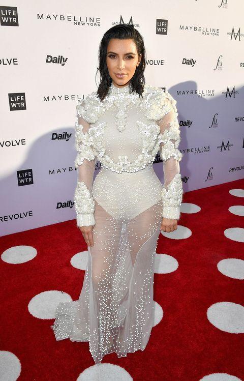 Red carpet, Carpet, Clothing, Flooring, Dress, Fashion, Premiere, Fashion model, Shoulder, Haute couture,