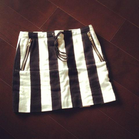 Product, Textile, White, Bag, Pattern, Black, Material property, Pocket, Active shorts, Shoulder bag,