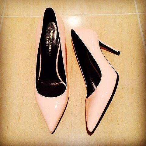 Tan, Beige, Dress shoe, Dancing shoe, Ballet flat, Still life photography, Court shoe,