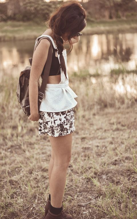 Brown, Shoulder, Human leg, Joint, Bag, Style, People in nature, Knee, Fashion accessory, Street fashion,