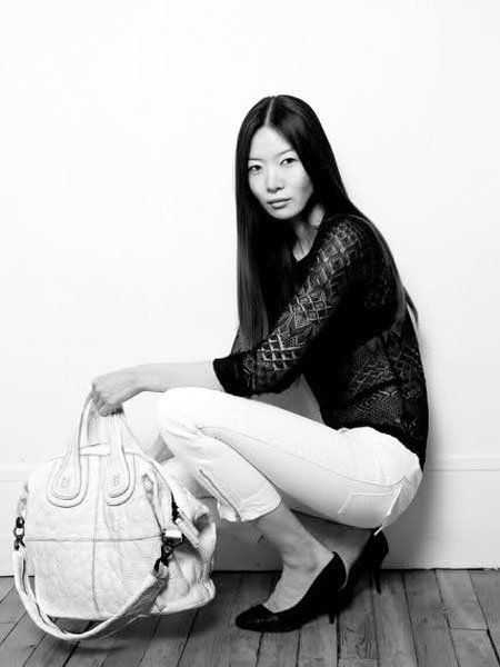 Hairstyle, White, Style, Sitting, Black-and-white, Monochrome, Monochrome photography, Bag, High heels, Knee,