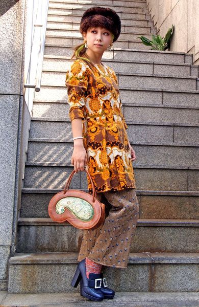 Clothing, Sleeve, Human body, Stairs, Bag, Style, Street fashion, Fashion accessory, Knee, Luggage and bags,