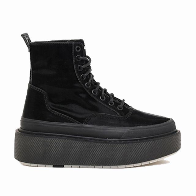 2020年秋冬トレンドはチャンキーソールの黒ブーツ
