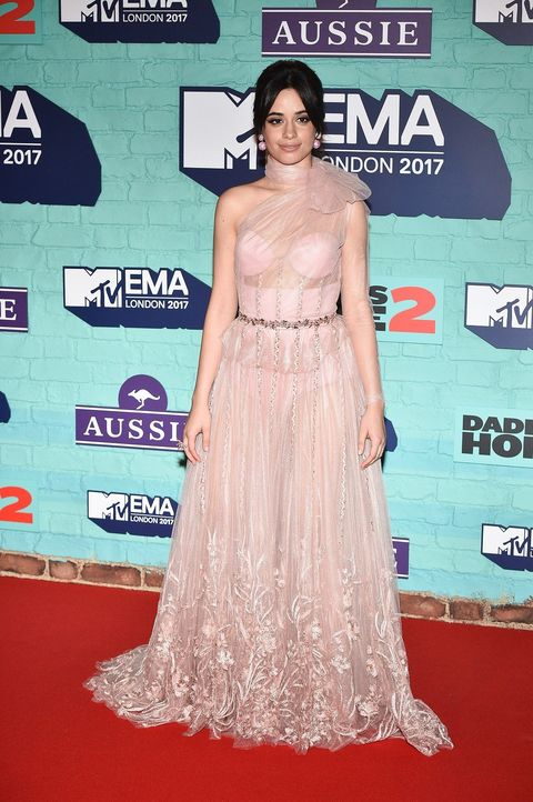 Red carpet, Clothing, Dress, Carpet, Shoulder, Premiere, Hairstyle, Flooring, Joint, Gown,