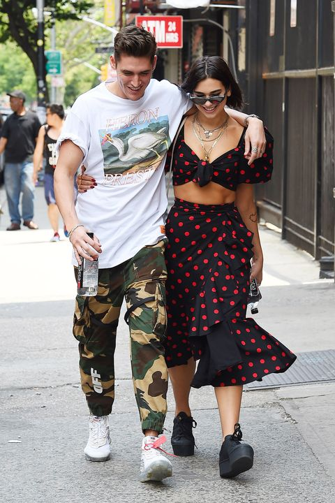 Street fashion, Clothing, Fashion, Eyewear, Sunglasses, Snapshot, Street, Infrastructure, Footwear, T-shirt,