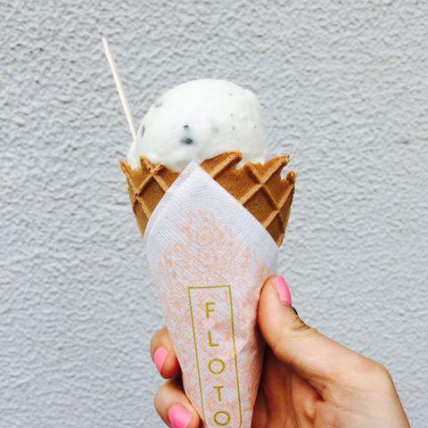 Ice cream cone, Frozen dessert, Ice cream, Food, Gelato, Dessert, Dairy, Soft Serve Ice Creams, Sorbetes, Hand,
