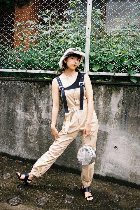 Human leg, Shoe, Sleeveless shirt, Street fashion, Knee, Bag, Waist, Luggage and bags, Mesh, Sandal,