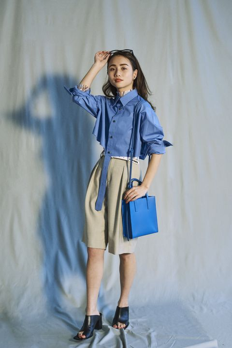 Clothing, Blue, Sleeve, Collar, Human leg, Shoulder, Joint, Bag, Style, Knee,