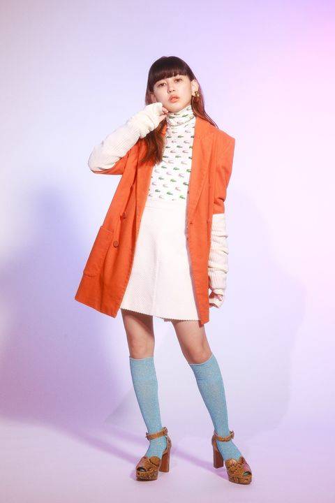 Sleeve, Shoulder, Human leg, Joint, Outerwear, Style, Coat, Collar, Knee, Fashion,
