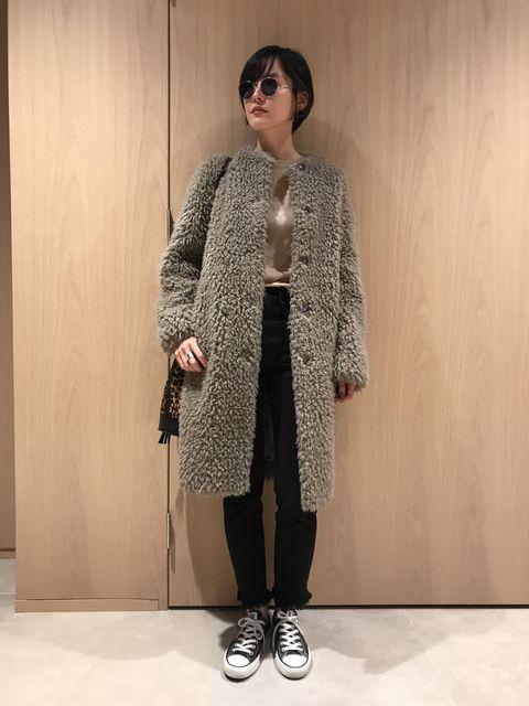 Clothing, Fur, Outerwear, Fashion, Fur clothing, Overcoat, Coat, Street fashion, Beige, Sweater,