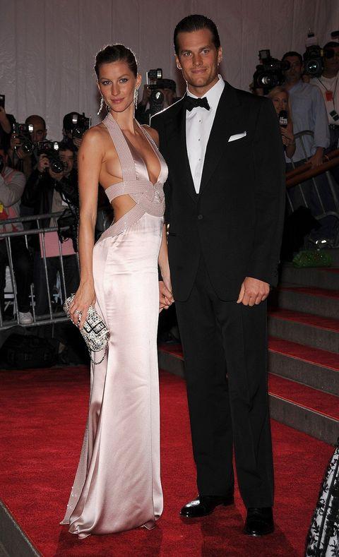 Red carpet, Carpet, Gown, Dress, Suit, Clothing, Formal wear, Event, Flooring, Shoulder,