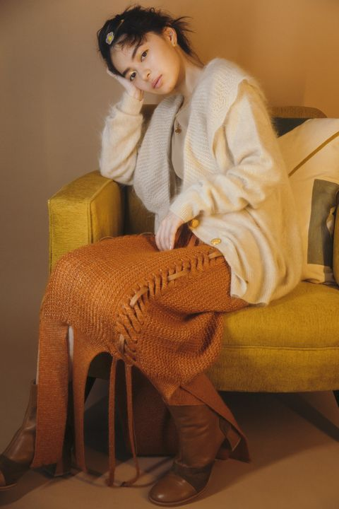 Comfort, Sitting, Knee, Beige, Flash photography, Fur, Fawn, Foot, Sweater, Woolen,