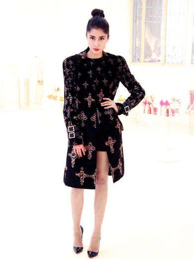 Sleeve, Dress, Shoulder, Joint, One-piece garment, Style, Formal wear, Waist, Day dress, Pattern,