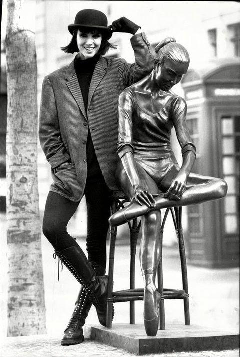 Leg, Human body, Hat, Sculpture, Monochrome, Style, Knee, Monochrome photography, Black-and-white, Bronze sculpture,
