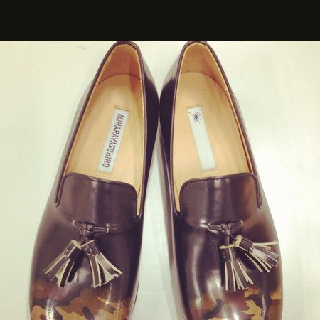 Footwear, Brown, Product, Shoe, Yellow, Tan, Black, Beige, Material property, Dress shoe,