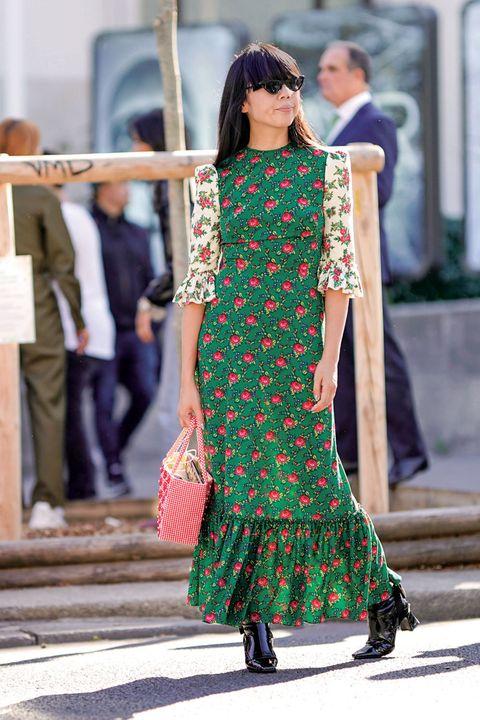 Style, Formal wear, Street fashion, Dress, Pattern, One-piece garment, Fashion, Fashion model, Waist, Maroon,