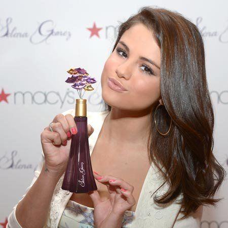 Finger, Hairstyle, Shoulder, Hand, Beauty, Long hair, Eyelash, Chest, Brown hair, Bottle,
