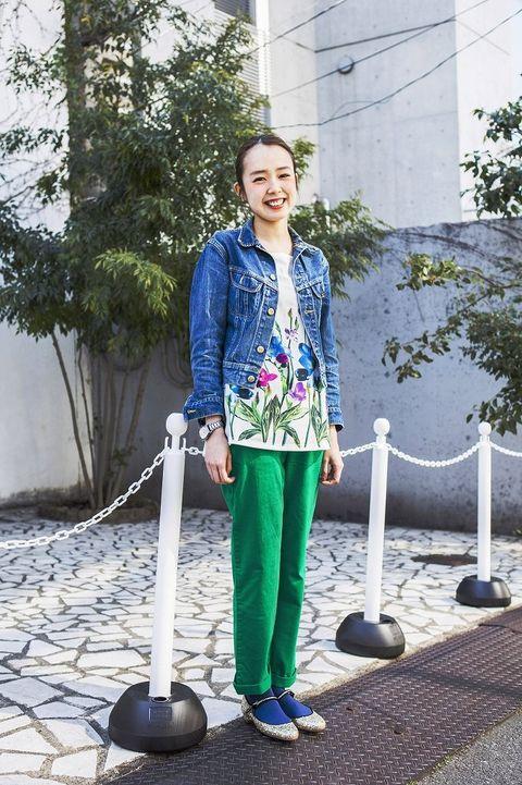 Clothing, Street fashion, Electric blue, Blazer, Scarf, sweatpant, Balance,