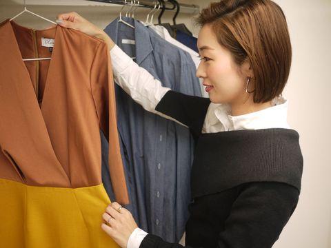 Sleeve, Collar, Clothes hanger, Fashion, Greeting, Handshake, Workwear, Gesture, Bangs, Hair coloring,