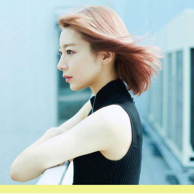 Ear, Lip, Hairstyle, Shoulder, Elbow, Eyelash, Beauty, Sleeveless shirt, Neck, Street fashion,