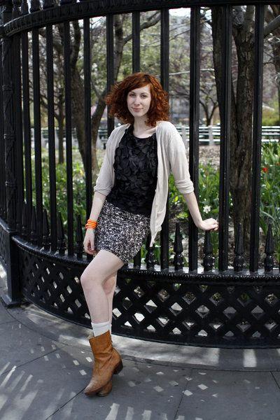Leg, Brown, Sleeve, Human leg, Boot, Outerwear, Style, Street fashion, Knee, Fashion,