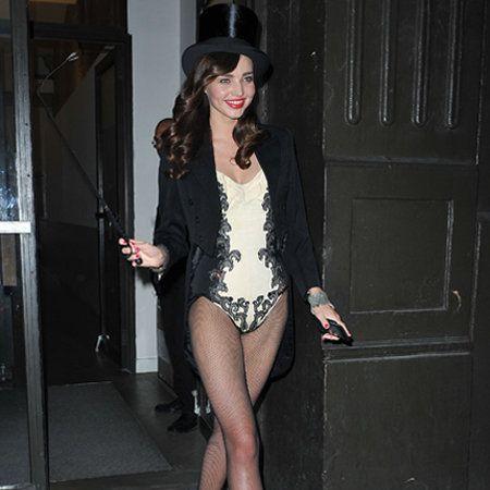 Clothing, Leg, Human leg, Hat, Outerwear, Thigh, Fashion, Black hair, Knee, High heels,