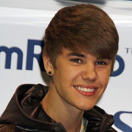 Hairstyle, Forehead, Eyebrow, Jacket, Collar, Style, Eyelash, Brown hair, Pleased, Tooth,