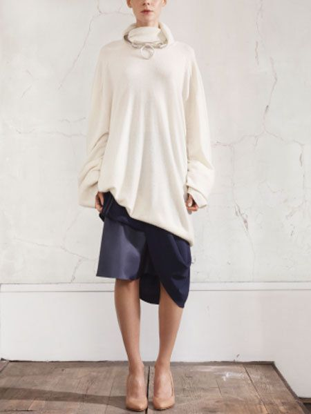 Clothing, Sleeve, Shoulder, Human leg, Joint, White, Street fashion, Knee, Beige, Foot,