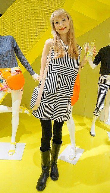 Clothing, Leg, Yellow, Mammal, Style, Thigh, Bangs, Fashion, Street fashion, Pattern,