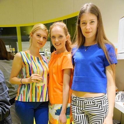 Leg, Yellow, Style, Fashion, Electric blue, Active pants, Bag, Thigh, Blond, Waist,